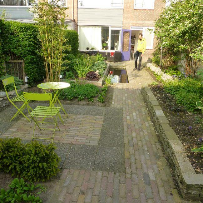Tuinrenovatie Cornelis Dopperstraat - terras een jaar na aanplant