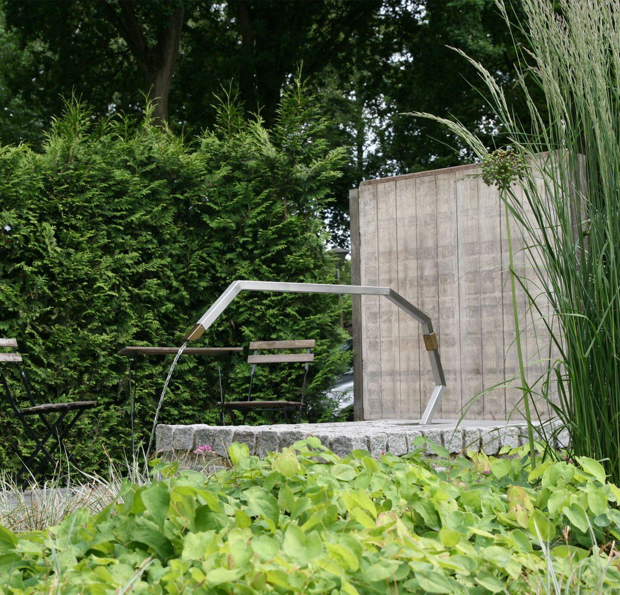 Waterornament en brug - cirkel van RVS, messing en water