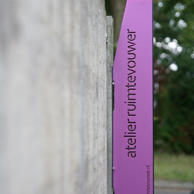 Naambord - paarse zijde acrylplastic