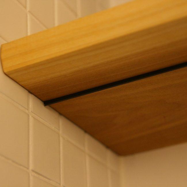Toiletrenovatie - plank detail hout en staal