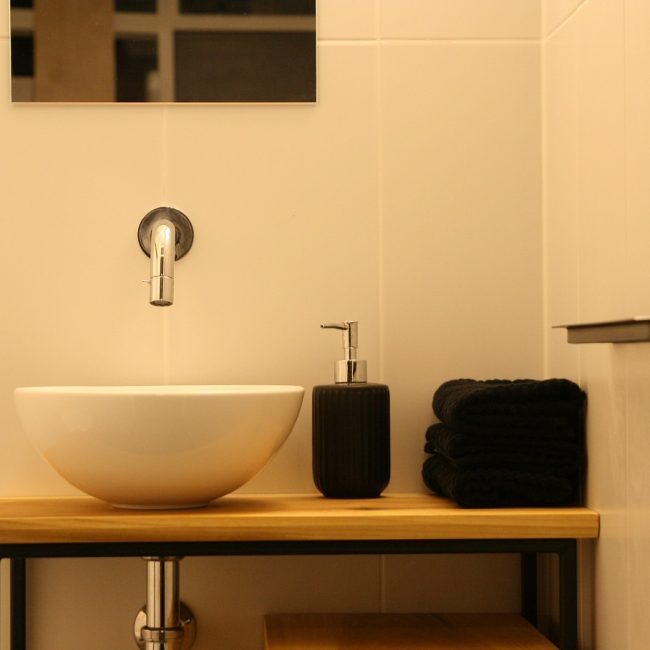 Toiletmeubel - kraan, waskom en zeepdispenser