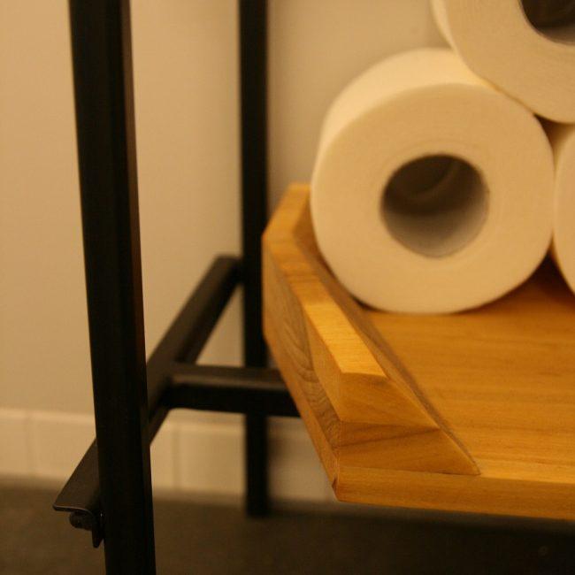 Toiletmeubel - detail plank en metaal
