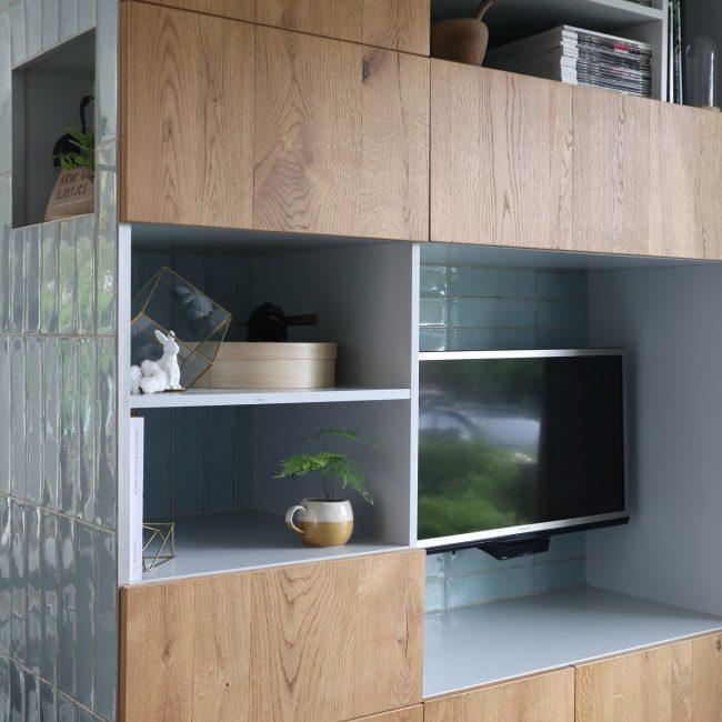 Wandkast met tegels - compositie hout en keramiek