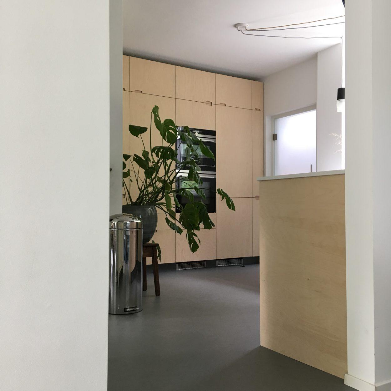 Keukenrenovatie - wit, grijs, berken en rvs als kleurenpallet