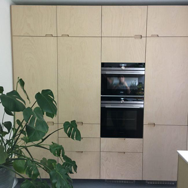 Keukenrenovatie - grote kastenwand berken multiplex