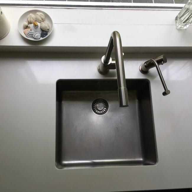 Keukenrenovatie - wit composieten blad en rvs kraan en quooker